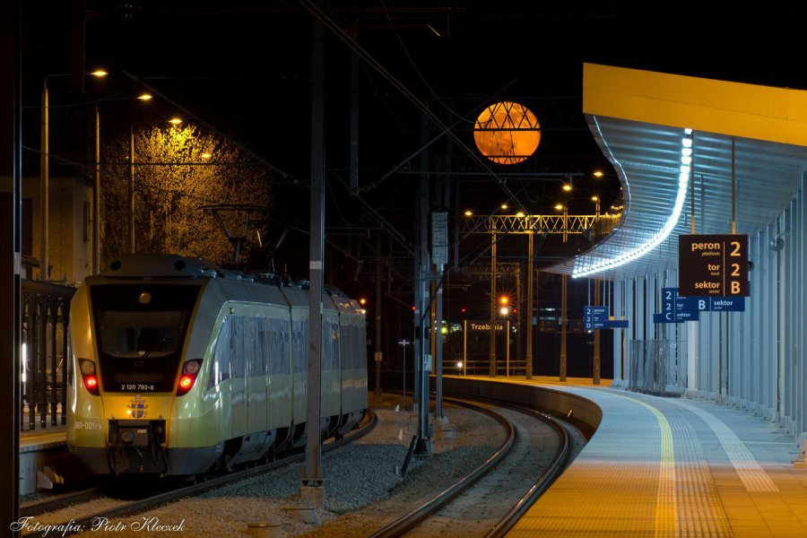 Pełnia oświetliła w Trzebini papieski pociąg! Zobaczcie! (ZDJĘCIA)