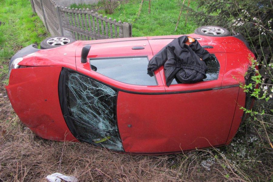 Samochód wypadł z mostu. Pijany kierowca sam wydostał się z auta