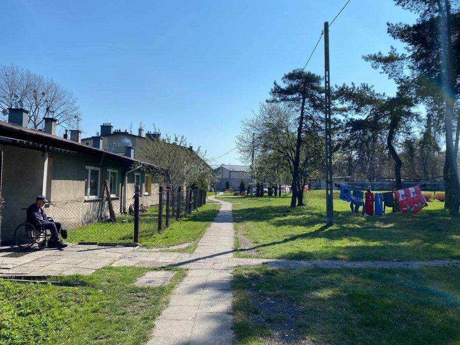 Slumsy, hotel i leżące wieżowce w Krystynowie. Trudne miejsce do życia