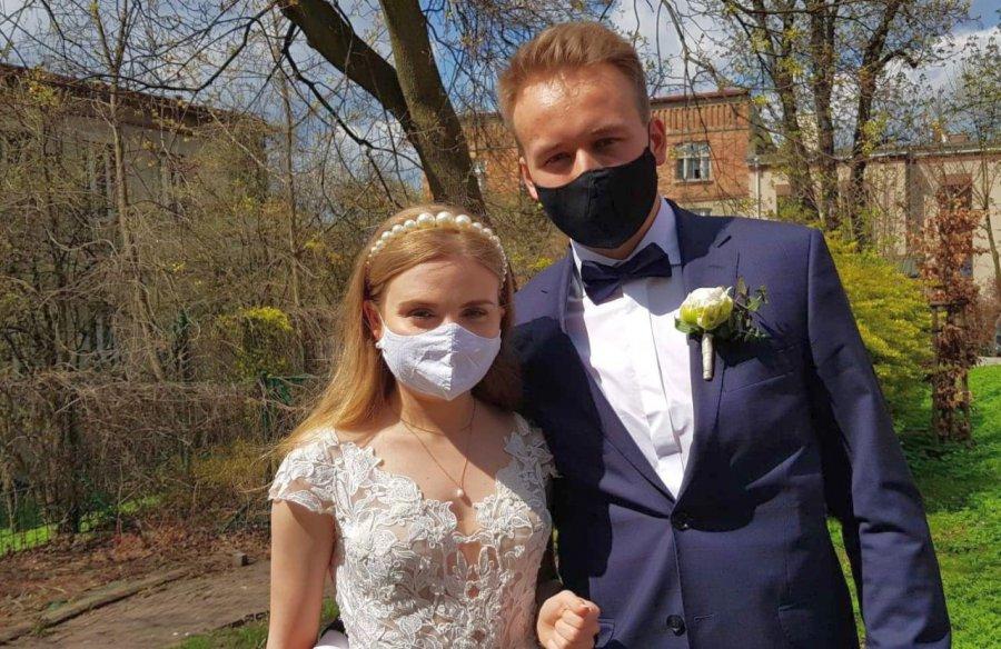 Jedni młodzi przekładają wesela, inni z nich rezygnują