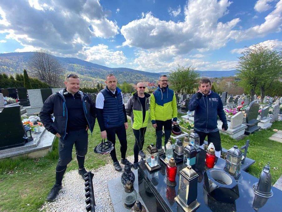 Parafianie pojechali na rowerach z Libiąża do Międzybrodzia Żywieckiego na grób swojego proboszcza