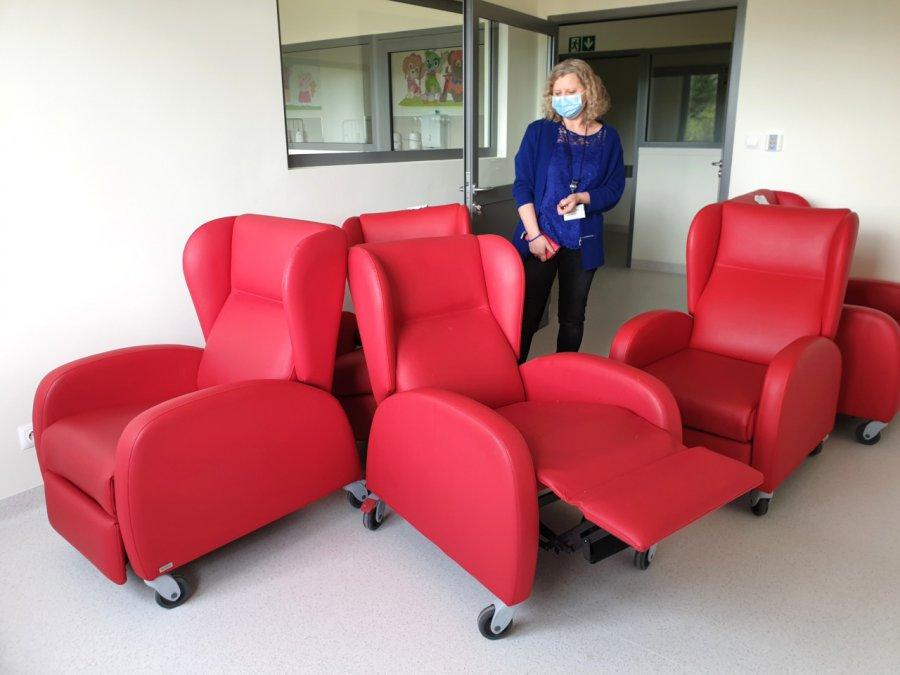 W takich fotelach będą nocować w szpitalu rodzice