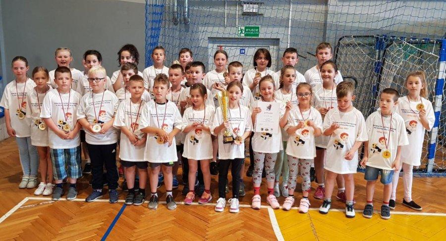 Dziewczęta udowodniły w Libiążu, że też potrafią grać w piłkę ręczną (WIDEO)