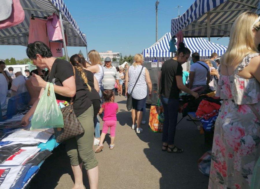 Setki kupujących na placu targowym w Chrzanowie