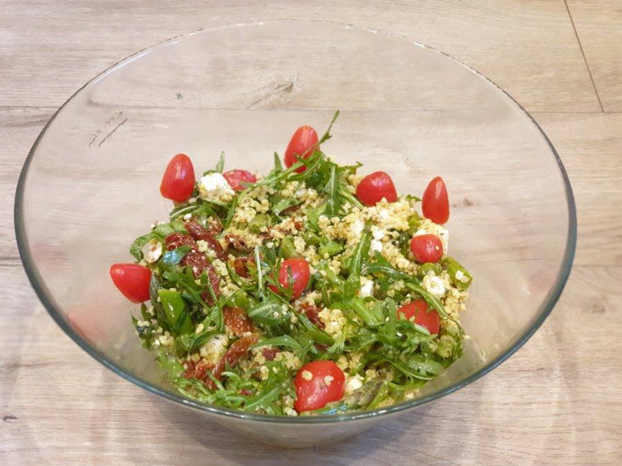 Sałatka z kaszą jaglaną, pomidorami i szparagami