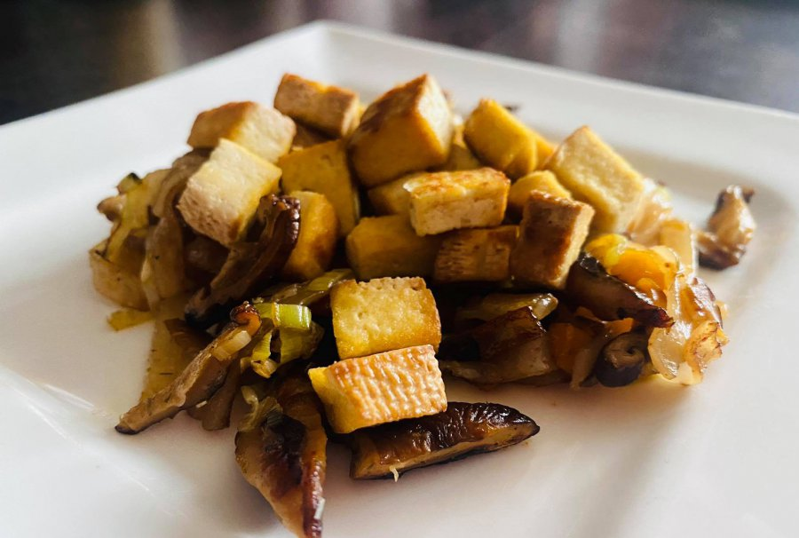 Ekspresowe danie z woka. Makaron stir fry z wędzonym tofu i grzybami