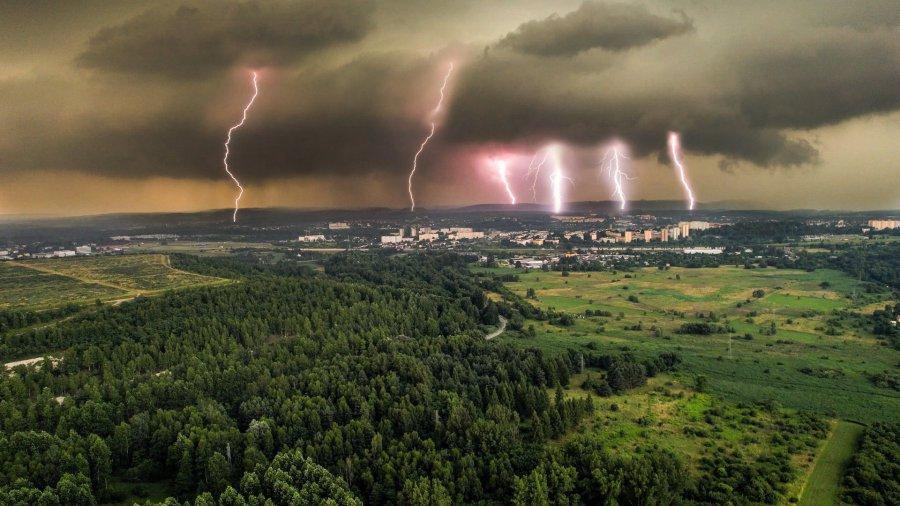 Dzisiejsza burza nad Chrzanowem. Sześć wyładowań w jednym kadrze!