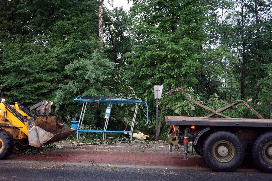 Zniszczony przystanek autobusowy po środowych burzach