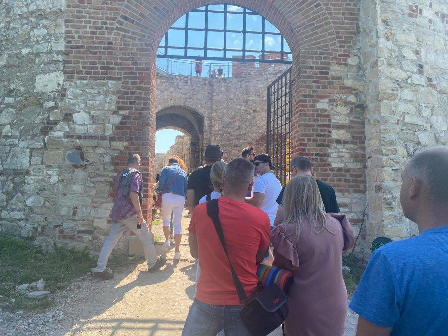 Tłoczno na zamku Tenczyn. Trwa plenerowa impreza z udziałem rekonstruktorów