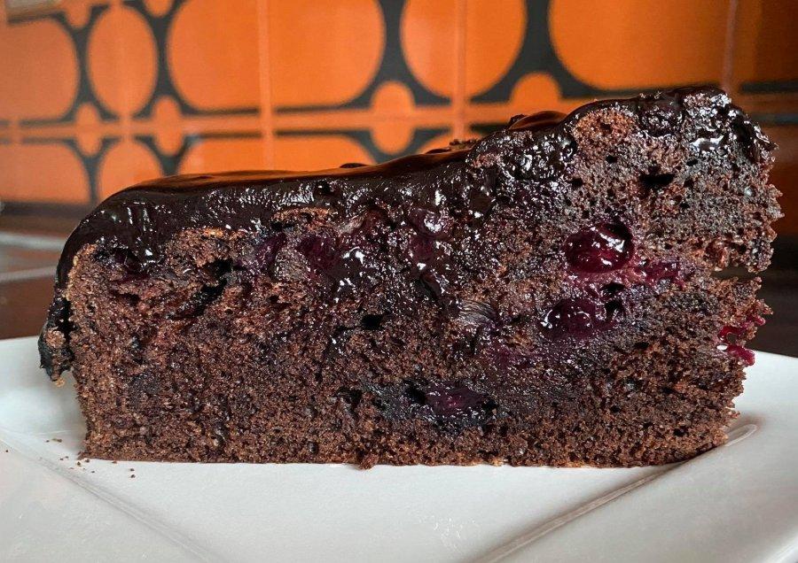 Pyszne ciasto czekoladowe z borówkami amerykańskimi