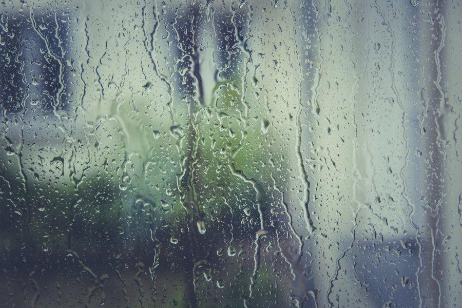Obfity deszcz i wzrosty stanów wód. Powiatowe Centrum Zarządzania Kryzysowego ostrzega