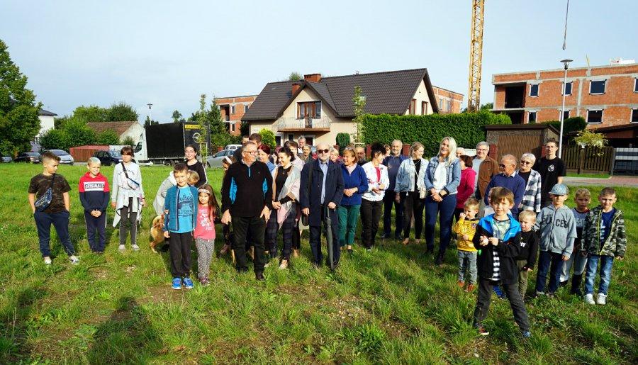 Ponad 250 osób protestuje przeciwko budowie bloku na osiedlu Południe w Chrzanowie (WIDEO)