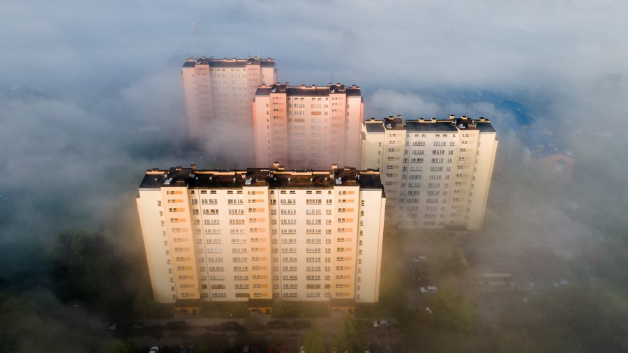 Chrzanów. Ulica Jordana spowita we mgle nieprzyzwoicie ranną porą