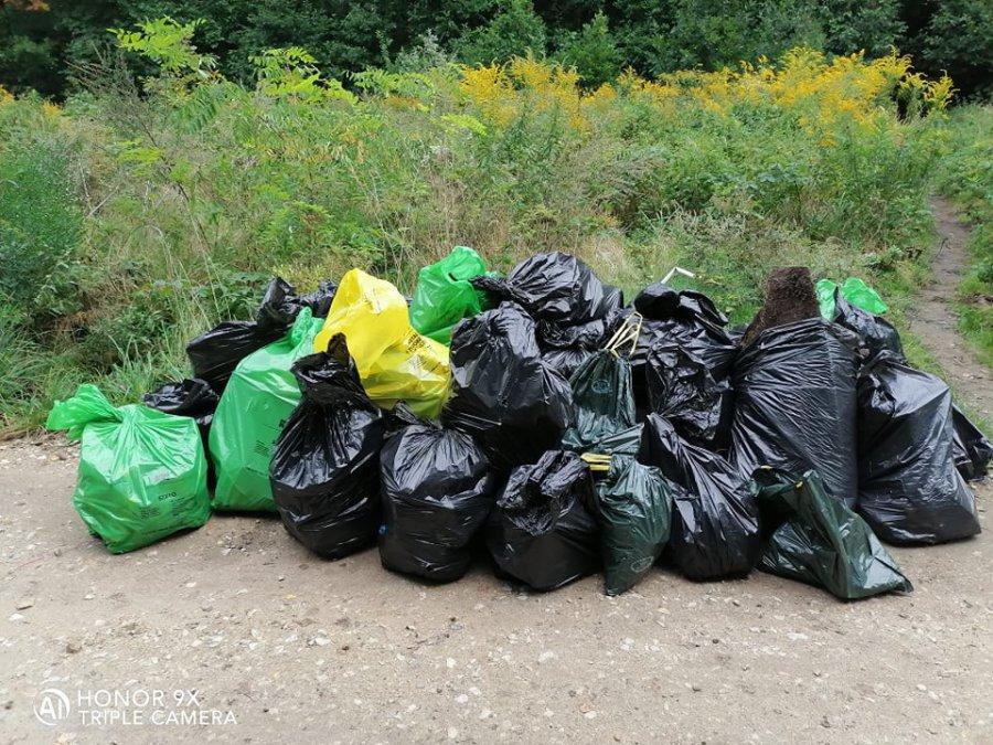 Mieszkańcy Libiąża posprzątali las. Zebrali kilkadziesiąt worków śmieci (ZDJĘCIA)