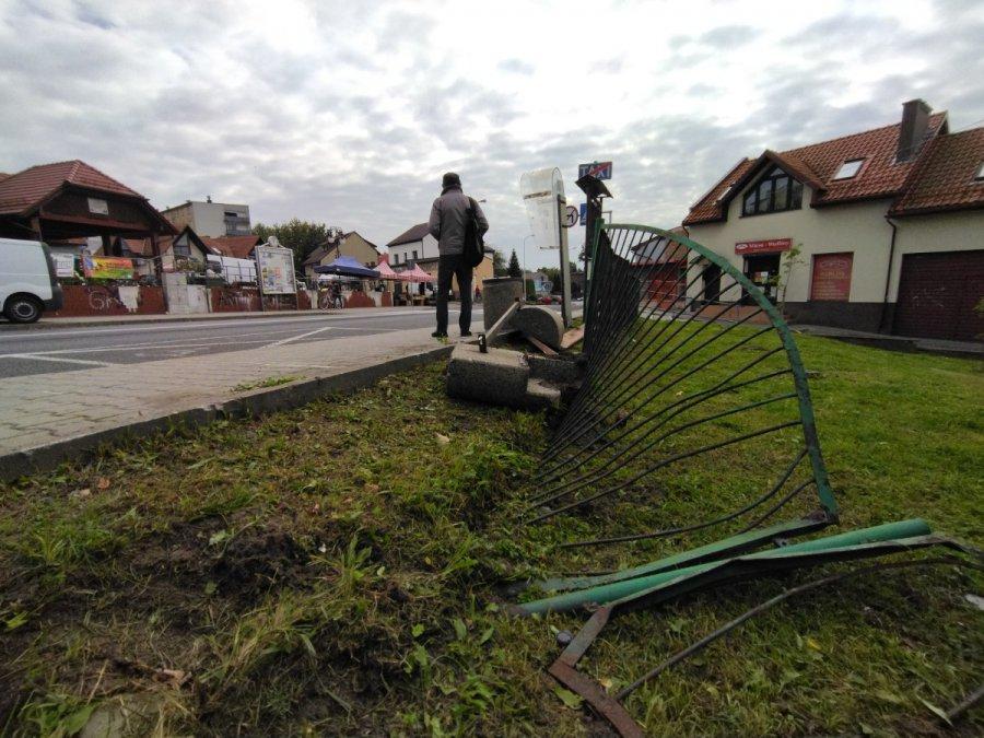 Pijany kierowca uderzył w ogrodzenie naprzeciwko placu targowego w Trzebini