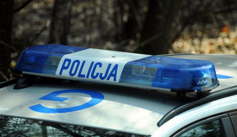 Policjanci wyprowadzili z lasu starszego mężczyznę, który zadzwonił po pomoc